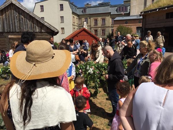 Schmücken der midsommarstång im Kulturen in Lund, Schweden 2018