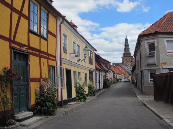Gasse mit Blick auf die Marienkirche in Ystad