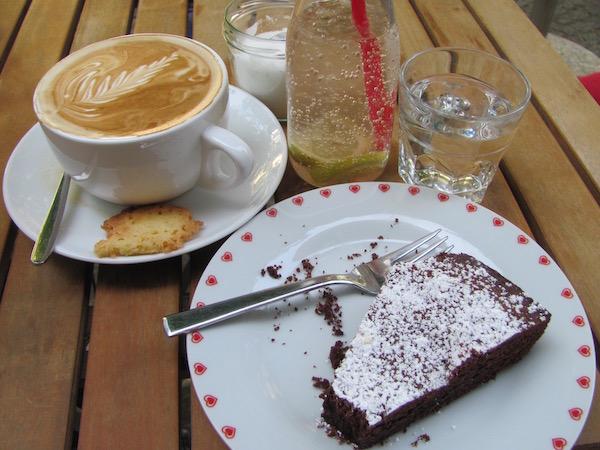 Café Stockholm in Berlin: Milchkaffee, frische Limo und Kladdkaka (matschiger Schokoladenkuchen)