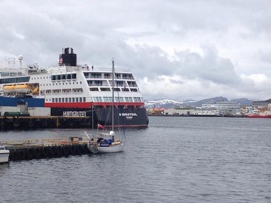 Twister Yacht im Größenvergleich mit Hurtigruten Schiff