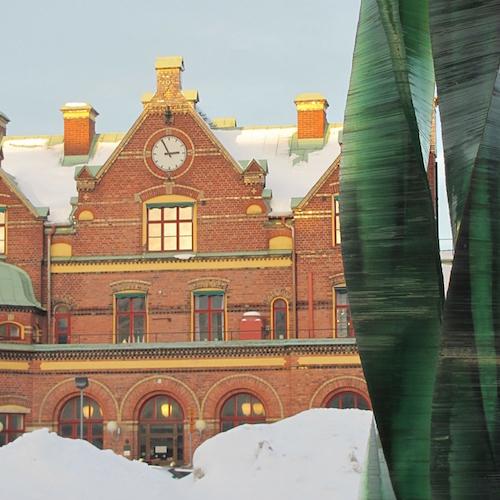 Bahnhof Umeå, mit Schnee und Seegras-Statue. Blogpost: Kleiner Umeå Guide mit for free Tipps