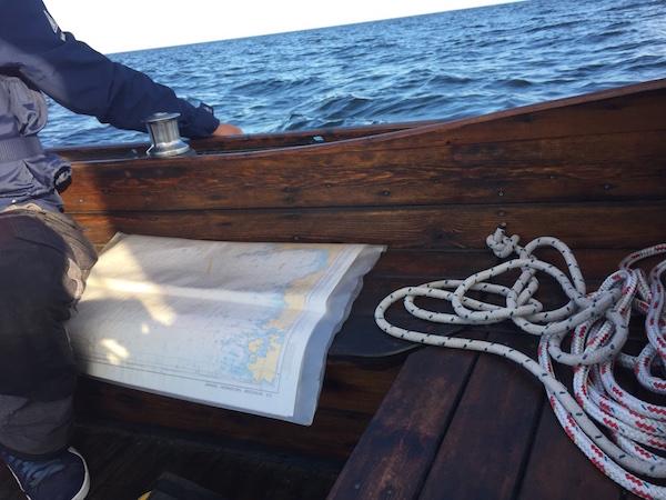 Seekarte im Holzboot