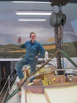 Rike im Blaumann bei der Arbeit am Boot