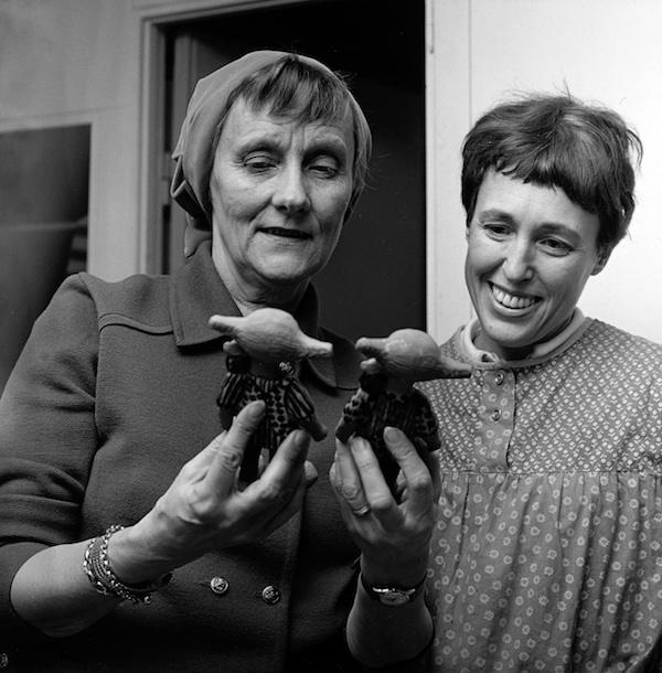 Lisa Larson och Astrid Lindgren i ateljén i Gustavsberg 1968 | Hilding Engströmer, Gustavsbergssamlingen/Nationalmuseum