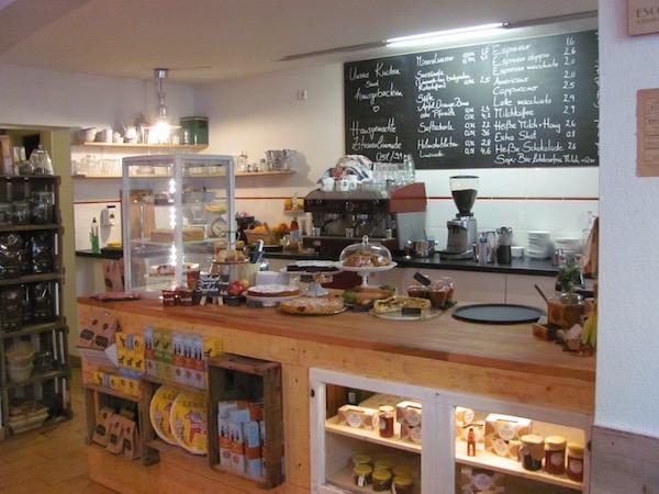 Im Café Stockholm in Berlin, Theke und Anschlagtafel