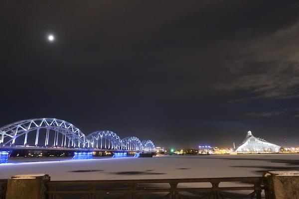 Riga bei Nacht im Winter, Bibliothek und Brücke angestrahlt, Fluß zugefroren