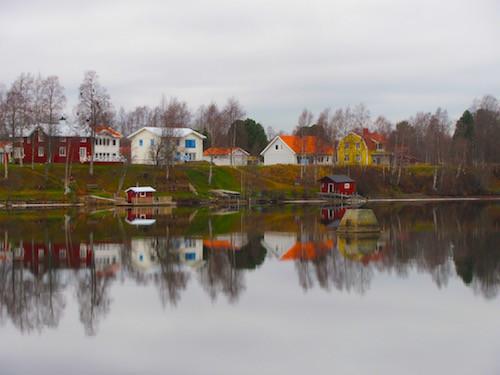Spiegelung bunter Häuser auf dem Ume Älven in Umeå