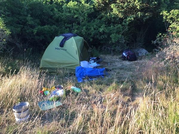 Zelt und Campingutensilien