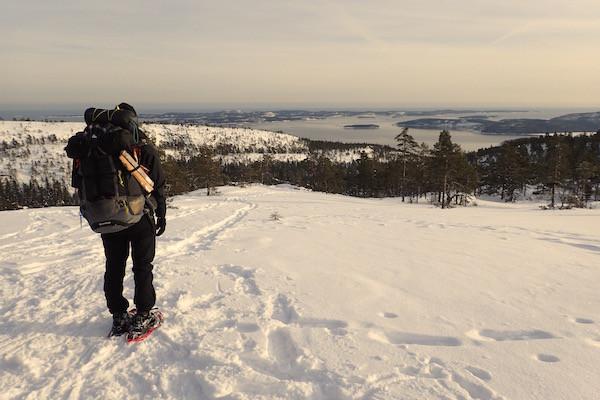 High Coast Winter Classic, Schneeschuhwanderung, Frau mit Wanderrucksack