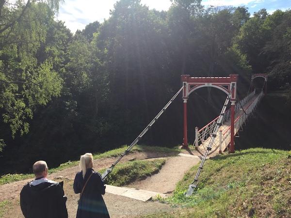 Hängebrücke im Park der Burgruine in Viljandi, Estland
