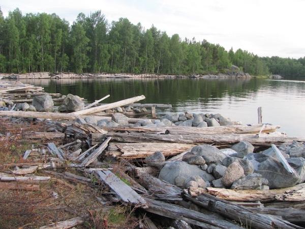 Steine und altes Holz auf Norrbyskär