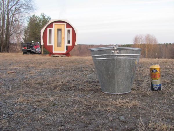 Schwedische Saunaszene: Sauna, Eimer, Norrlands Guld