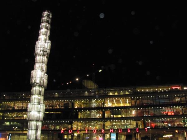 Das Stockholmer Stadshuset am Sergels Torg bei Nacht, erleuchtet