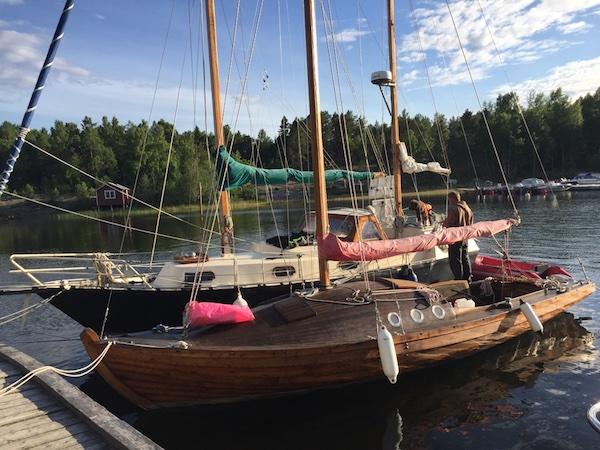 Alte Kitsch und Holzsegelboot auf Norrbyskär