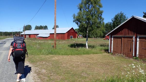 Frau mit Rucksack in Schweden