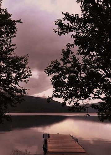 See in Schweden im Abendrot mit Steg