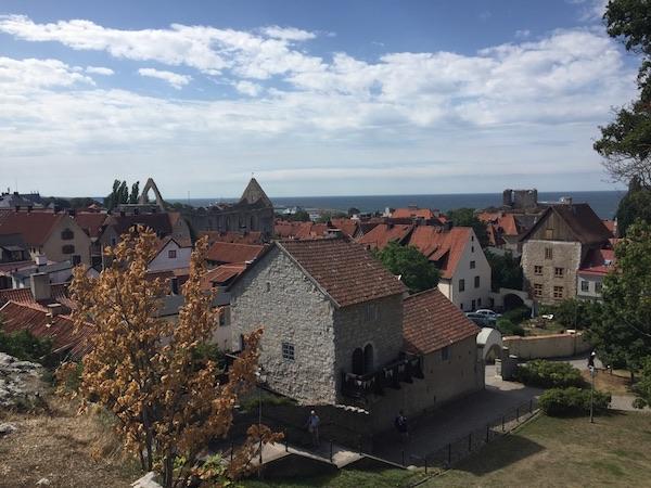 Ausblick auf die Stadt Visby und das Meer auf Gotland in Schweden