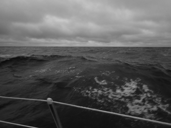 Reling und hohe Wellen, schwarz-weiß