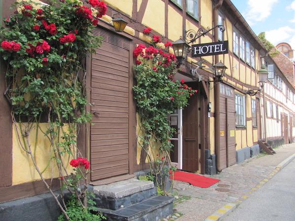 Gelbes Fachwerkhaus in Ystad mit roten Rosen