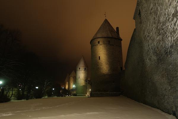 Stadtmauer mit Türmen in Tallinn, im Winter stilvoll beleuchtet