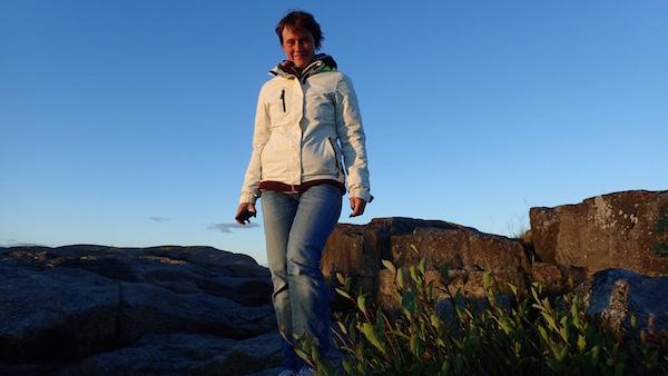 Frau in Gaastra Jacke Newport beim Spazierengehen in Nordschweden
