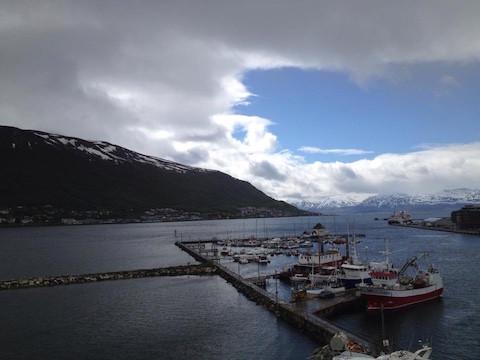 Hafen Tromso mit wolkigem Himmel