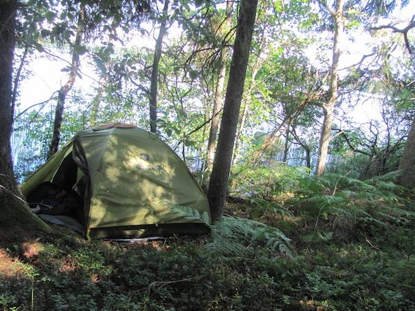 Grünes Marmot Zelt im Wald