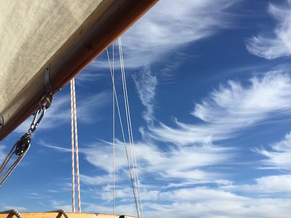 Großsegel und Himmel mit Windhaken