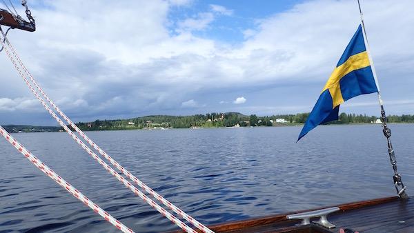 Segelboot mit schwedischer Flagge