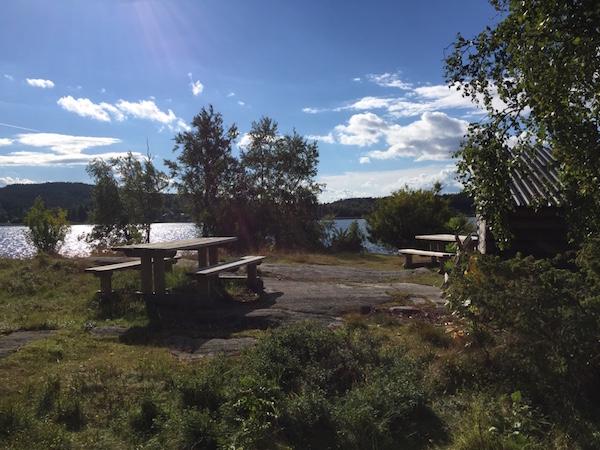 Picknickbänke und Schutzhütte auf Sälskäret, Västernorrland, Schweden