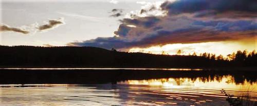Blick auf Seen in Dalarna Schweden im Abendlicht