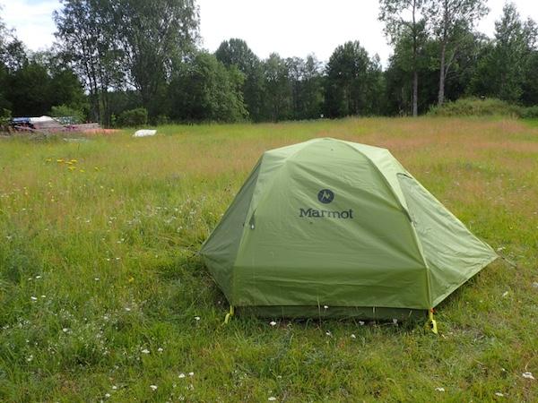 Grünes Marmot Zelt auf Wiese