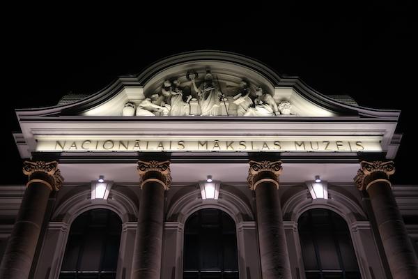 Latvijas Nacionālais mākslas muzejs, Das Lettische Nationale Kunstmuseum, nachts angestrahlt