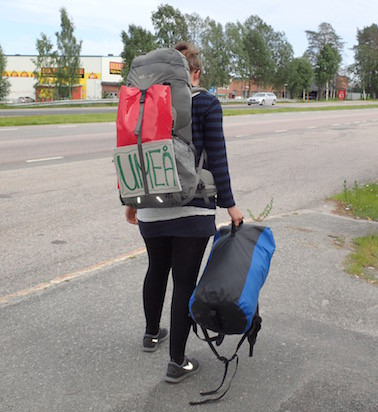 Rucksack auf und Daumen raus. Ich bin vom Trampen in Skandinavien noch nicht überzeugt...