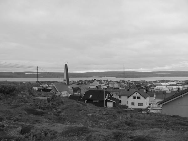 Vardø, Norwegen. Im Juni. Im Hintergrund Schnee.