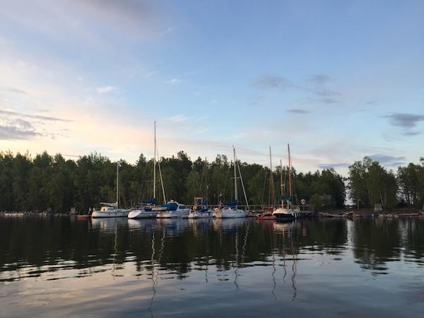 Das Gaststeg von Norrbyskär mit Segelboten im Sommer