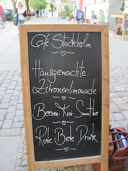 Café Stockholm, Berlin: Klapptafel mit Lockangeboten , Kollwitzstraße