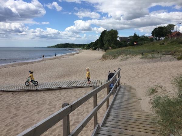 Strand mit Steg und Kindern in Schweden-Trikot, Svarte, Schweden
