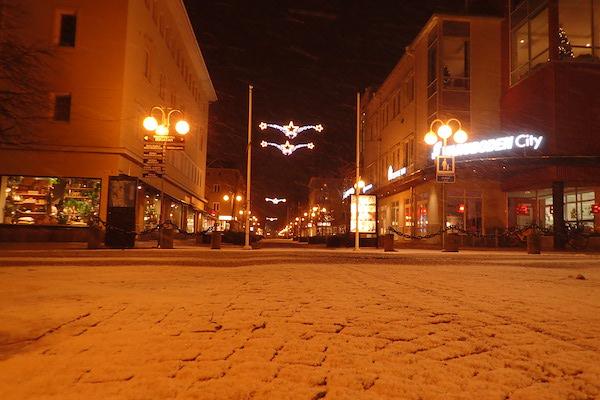 Mariehamn Innenstadt, nachts mit Schnee