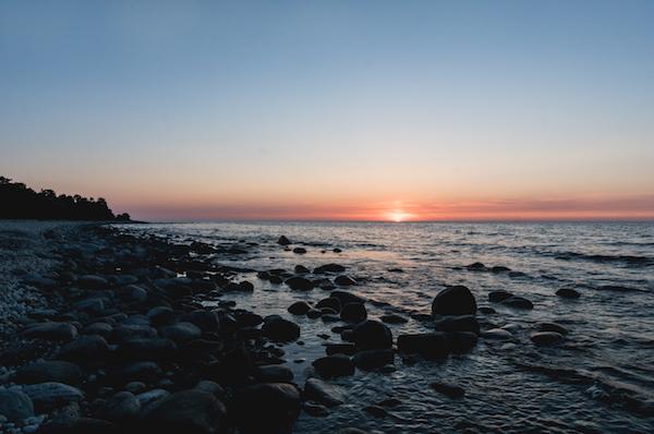 Sonnenaufgang am Meer beim Trollskogen (im Norden von Öland, Schweden)