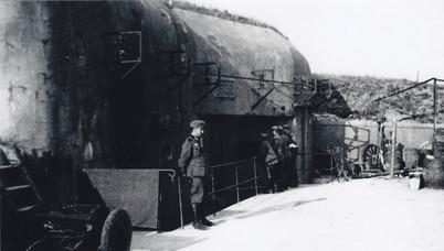 Deutscher Soldat vor Block 2
