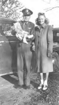 Le pilote Lewis du bombardier B24-1 avec sa femme Catherine et leur fille.
