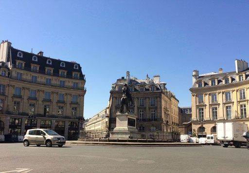 Place des Victoires,  border between Paris 75001 and 75002