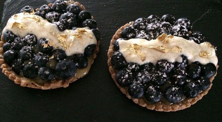 Lemon curd and blueberries tartlets