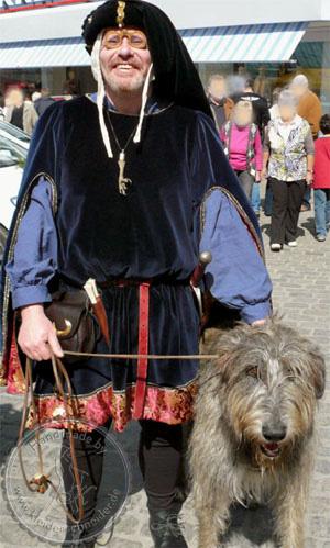 mittelalterliche Houppelande aus Samt und Brokat