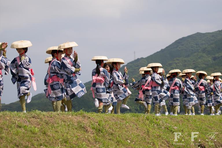 お田植舞を舞う、脇山小学校の児童たち