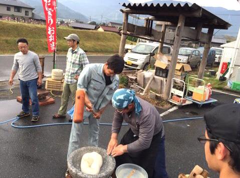 福岡市早良区脇山では、毎年12月に餅つき大会を開催しています。(写真は2016年の餅つき大会)