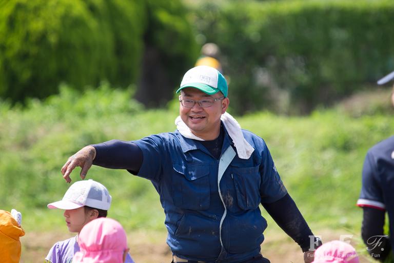 子どもたちに田植えの指導をするあぐり倶楽部の馬場さん