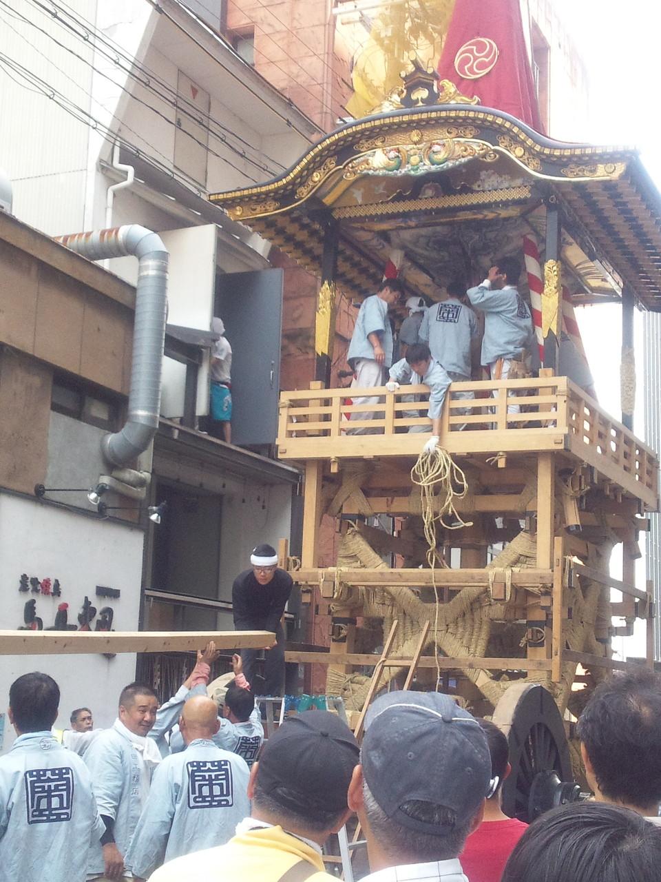 祇園祭は1ケ月間 7月12日組立中