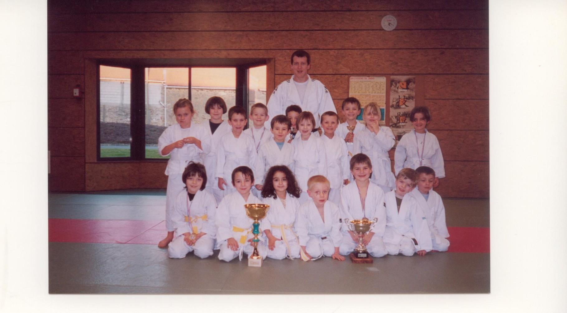 2002 – les jeunes judokas se distinguent lors de tournois inter clubs accompagnés de leur professeur Cyril Legris